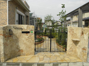 門袖をモルタル造形で施工すると、とても温かみのあるデザインになります。