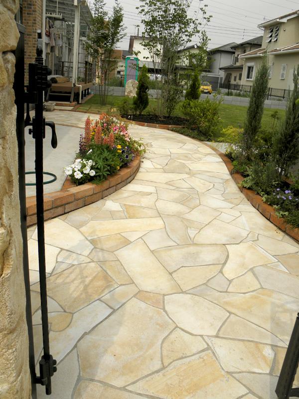 お庭をトータルデザイン、施工までおこないますのでお客様のイメージ通りに仕上がりました。