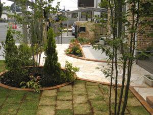 植栽の植え込みや芝貼りなど最後までお庭作りのお手伝いをいたしました。
