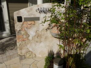 玄関前の門袖(ポストや表札がある壁)をモルタル造形でアンティークに仕上げました。