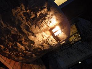 夜には灯るライトが石積みの凹凸を引き立たせ素敵な空間を演出してくれます。