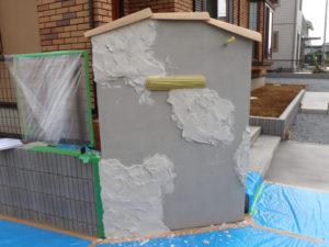特殊なモルタル造形用セメントを塗り付け、乾いてきたらレンガや石を一つ一つ彫り込んで形を作っていきます。