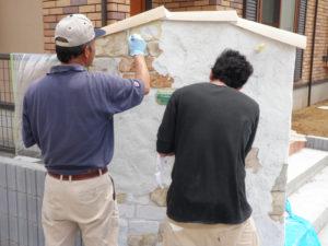 モルタルが完全に乾いたらアンティーク調に色を塗っていきます。