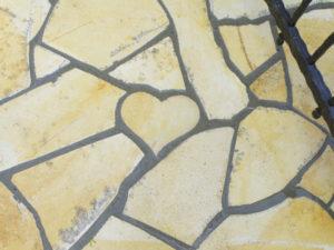 遊び心でハート型に石を加工してアプローチに埋め込んでます。