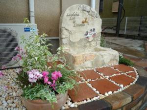 モルタル造形で制作したオリジナル立水栓もテラコッタのタイルと植栽が加わり素敵な空間に仕上がりました。