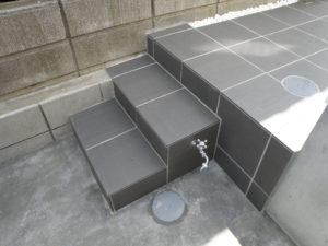 駐車スペースに近い階段脇には水道を設置し洗車時にも便利です。