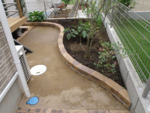 動線となる部分は固まる土を敷ましたので、雨が降っても泥跳ねせず雑草対策にもなります。