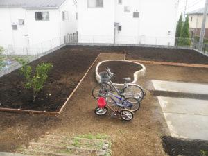 広い敷地の2/3程は土を入れ替えました。さて、どんなものを植えるか?