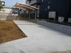 コンクリートの駐車スペースとカーポート