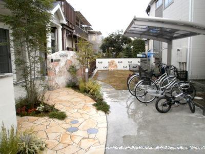 アプローチ・駐車場・門袖・サイクルポート・植栽など全て当社で施工しました。