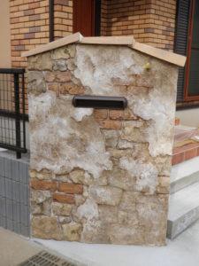 瓦を絡ませたアンティークの門袖が印象的な家の顔になりました。