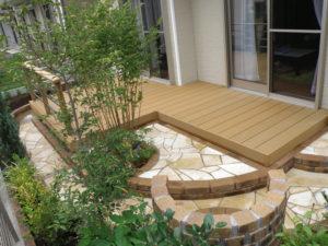 植木・草花は区切られたスペースに植え、ウッドデッキは天然木と違い腐らない人工木材なので管理のしやすい庭に…