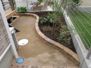 動線となる部分は固まる土を施工… 雨が降っても泥跳ねせず雑草対策にもなります