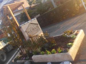 小さなスペースですが、立体感のある庭にデザインしています