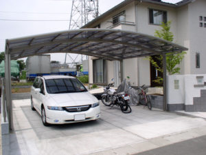 2台用の大きな駐車スペース&カーポート