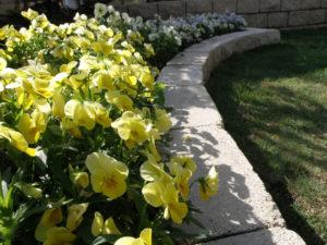 花壇の縁も同じ化粧ブロックを… このブロックは使い勝手が良い