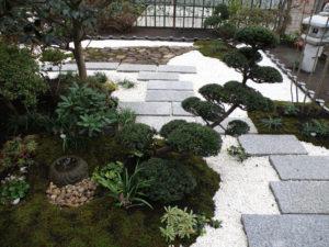 御影敷石を渡って和風庭園の中を回遊できるように…