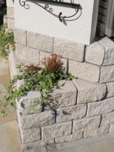 表札の下の このブロックのコーナーを利用した小さな花壇が お気に入り…