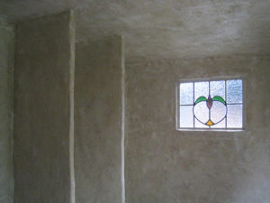 ステンドグラスの窓を付けましたので、物置内は結構明るいです