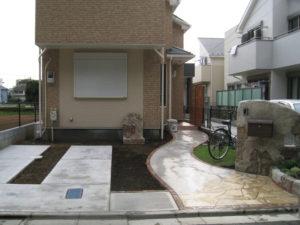 右側奥の玄関への曲線のアプローチ