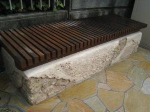 何て言うのかな… 古い濡れ縁を使ったベンチ、みたいな感じ