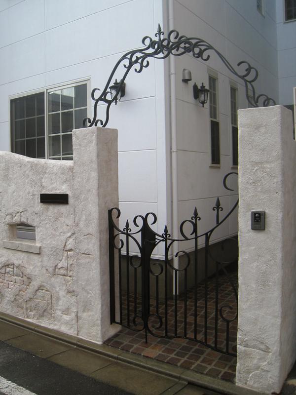 白い壁の建物とのバランスを考えデザイン… アイアンとの雰囲気も良い感じ