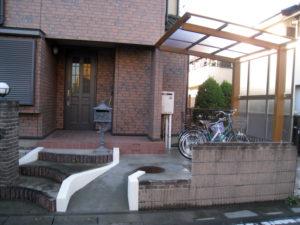 リフォーム後③… 玄関前の門まわりを広くし、自転車置き場を作りました