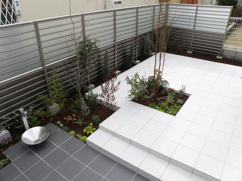 目隠しフェンスでご家族のプライベート空間を作り出しています