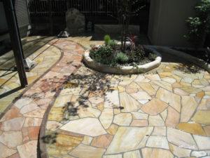 中庭のリフォーム工事で、天然石の乱貼り と モルタル造形で色々と…