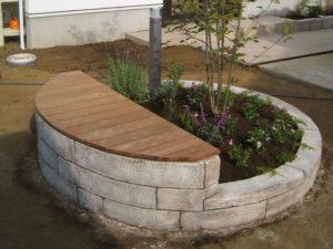 モルタル造形の花壇&ベンチ… ベンチの座面は天然木製です