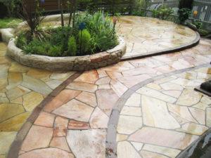 乱形天然石は2色使い、アプローチとテラスを分けています