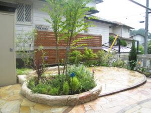 うっそうとした植木は整理し、庭の中央のサークル花壇とテラスまわりだけにしました