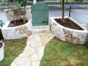 庭の中からの風景… モルタル造形した部分は花壇になっています