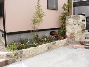 モルタル造形の門袖と花壇… 建物の感じと似合う華やかな雰囲気です