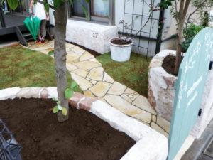 庭の中は、天然石のアプローチと芝生になっており、ウッドデッキにつながります