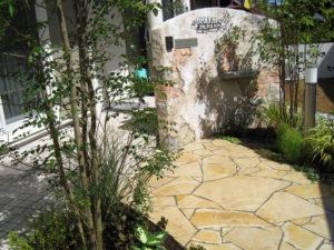 モルタル造形は、木々草花など植栽との相性が非常に良いです