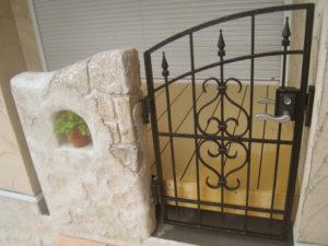 ウッドデッキ入口部分には、アイアン風の門扉を取り付けて…