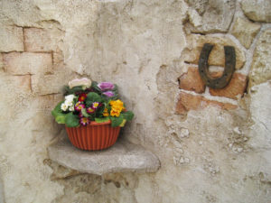 小さな花台 と 幸運のお守りの古蹄鉄(これも造形)