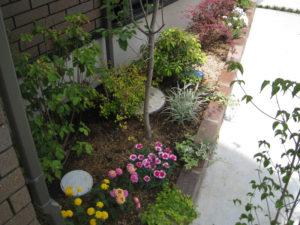駐車スペースの奥の建物脇に小さな花壇を作り、華やかになりました