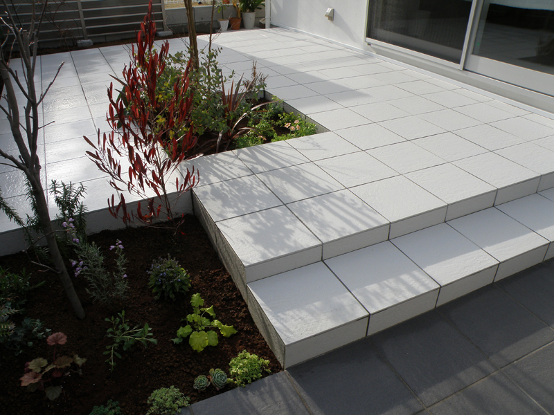 庭のウッドデッキは流行ですが、タイルのテラスも良いものです