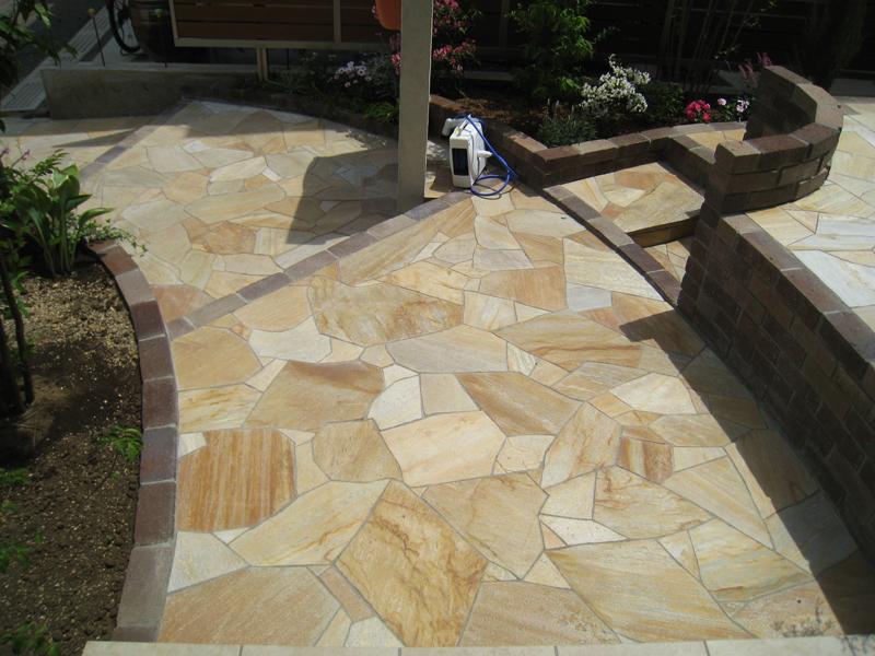 自然石を使ったアプローチは贅沢な雰囲気を出してくれます