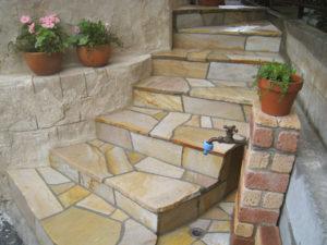 天然石の乱貼りで階段を施工… 手間っ食いですが良い感じ