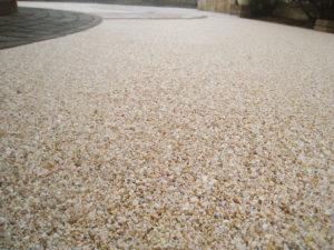 砂利を固めた砂利舗装… 便利なアイテムです
