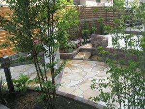 多種の木々・草花などの植栽で、庭の雰囲気はやわらかくなります