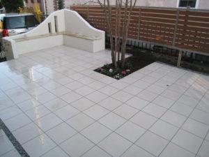 駐車スペースと中庭の間に、ちょっとおしゃれなベンチをデザイン