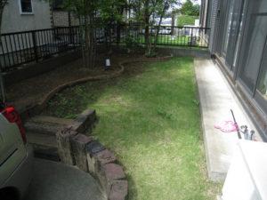 リフォーム前①… 半分芝生、半分植木などの緑地、土の部分がほとんどです