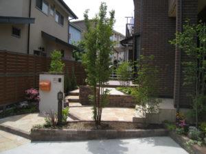 駐車スペースと玄関へのアプローチの奥が庭部分になります