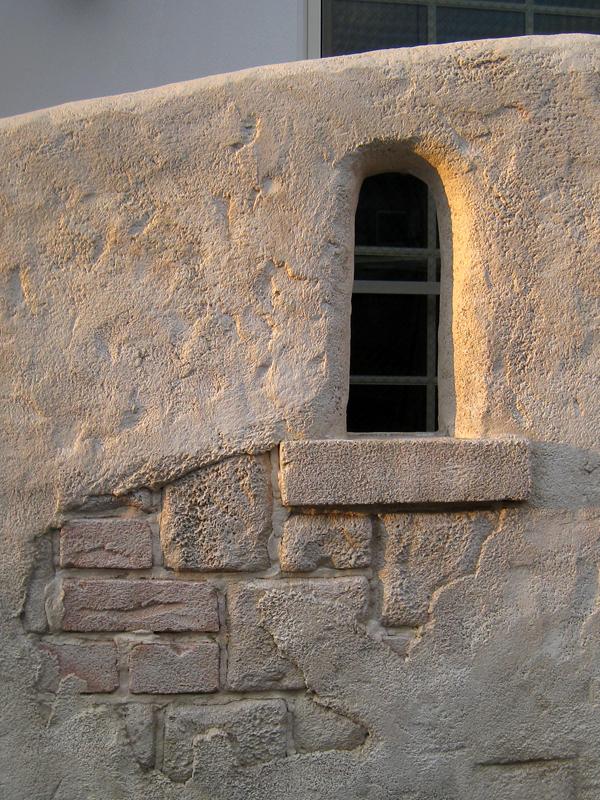 壁に作った小窓… 曲面で作った窓 と 直線のはっきりした石台