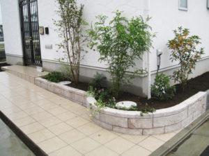 タイル貼りのアプローチ と モルタル造形の花壇&植栽