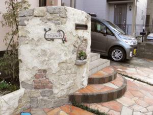 モルタル造形の門袖と花壇、他 玄関ポーチの階段や駐車スペースのリフォーム工事です